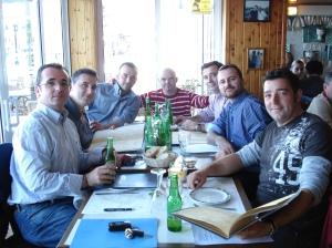 Los miembros seleccionando el menú.